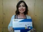 Paula Morales Merchán exhibe su diploma de participación en el concurso