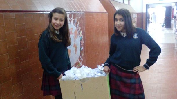Alumnas de la clase de 6.º B .E.P. vacían su papelera al contenedor azul del centro escolar